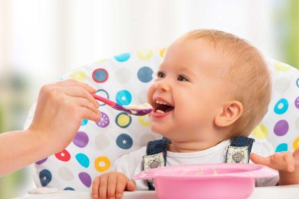Trẻ 4 tháng rưỡi đã có thể bắt đầu ăn dặm bằng bột ăn dặm được chưa?