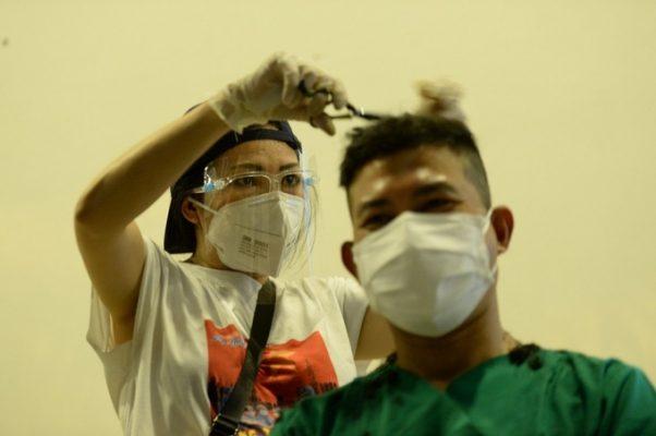 Ca sĩ Phương Thanh trổ tài cắt tóc cho lực lượng chống dịch